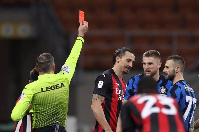 Ibrahimovic ve la roja ante el Inter