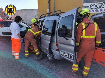 Un joven de 23 años resulta herido en un accidente entre dos coches en Aldaia