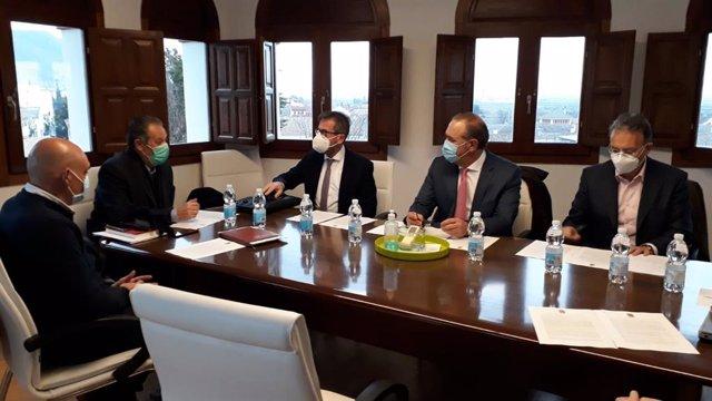 La Junta aumenta a 8,4 millones de euros su aportación al PFEA, un 15 por ciento más que en 2020