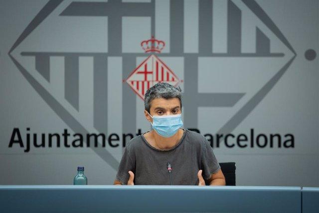 La regidora d'Habitatge de Barcelona, Lucía Martín, ofereix una roda de premsa a l'Ajuntament. Catalunya (Espanya), 13 de juliol del 2020.