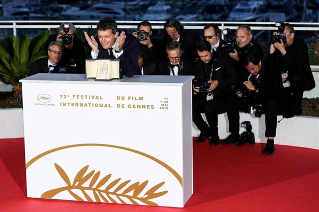 25 May 2019, France, Cannes: panish actor Antonio Banderas poses with his Best Actor Award for his performance in the movie 'Dolor y Gloria (Pain and Glory)' during the Award Winners photocall at the 72nd annual Cannes Film Festival. Photo: -/Imagespace v