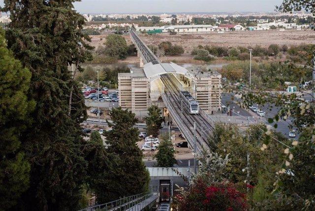 El metro en su trazado por el Aljarafe