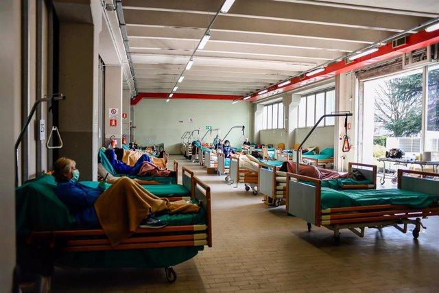 Pacientes en un hospital de Brescia, Italia, durante la pendemia de coronavirus.