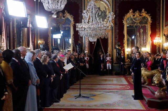El nuncio vaticano en España, Bernardito Auza (c) toma la palabra junto al rey Felipe VI y la reina Letizia en el salón del trono durante la recepción del cuerpo diplomático acreditado en España en el salón de Gasparini del Palacio Real, en Madrid (España