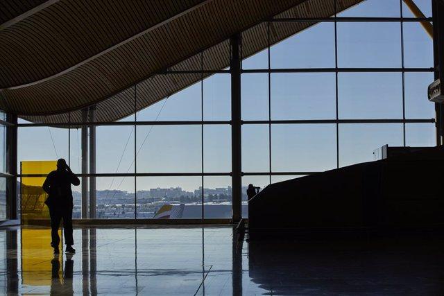 Un pasajero camina por las instalaciones de la Terminal 4 del aeropuerto Madrid-Barajas Adolfo Suárez, en Madrid (España), a 12 de enero de 2021. Las conexiones del aeropuerto Madrid-Barajas Adolfo Suárez siguen este martes sufriendo cancelaciones por los