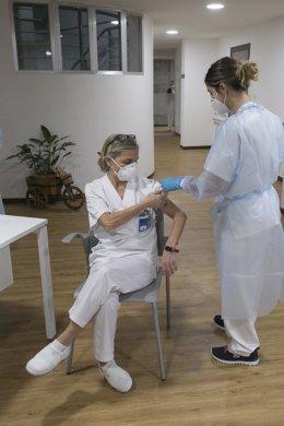 Una técnico auxiliar de cuidados de la residencia, Socorro Mancebo recibie la segunda dosis de la vacuna Pfizer-BioNTech contra el coronavirus en el Centro Polivalente de Recursos Residencia Mixta de Gijón, el mismo en el que se inició la vacunación en As