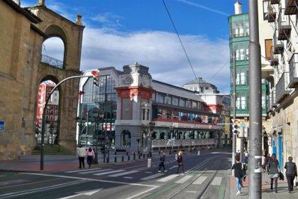 Policía Municipal de Bilbao sanciona a unas 40 personas que participaban en un botellón junto al Mercado de La Ribera