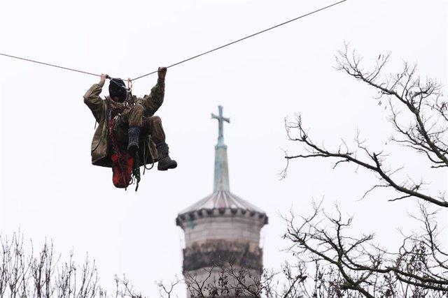 Uno de los manifestantes colgado de un cable.