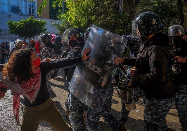 Manifestación estudiantil contra el Gobierno de Líbano a finales de diciembre de 2020.