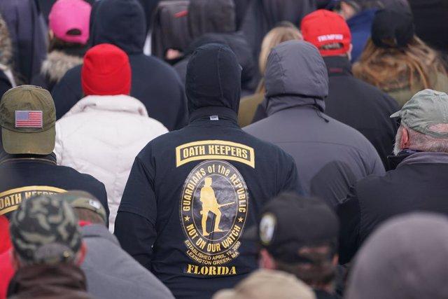Un simpatizante de la milicia de extrema derecha Oath Keepers durante la manifestación celebrada en Washington en apoyo de Donald Trump, horas antes del asalto al Capitolio.