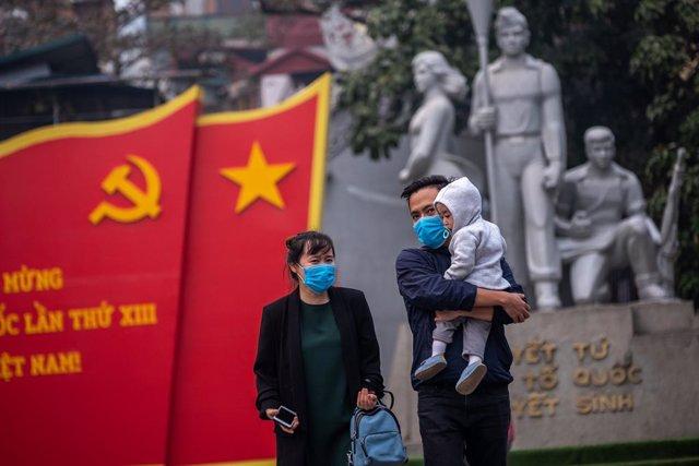 Una familia pasea en Hanoi, Vietnam.