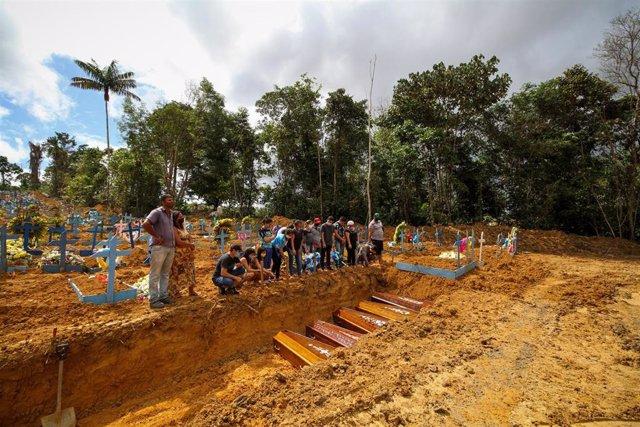 Imagen de una fosa en Brasil con motivo del coronavirus.