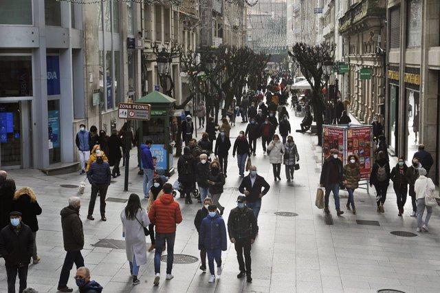 Gente en las calles de la ciudad durante las fiestas navideñas en Ourense, Galicia (España), a 25 de diciembre de 2020. Ourense es la única ciudad gallega sin restricciones de movilidad y con las menores medidas posibles en la hostelería.