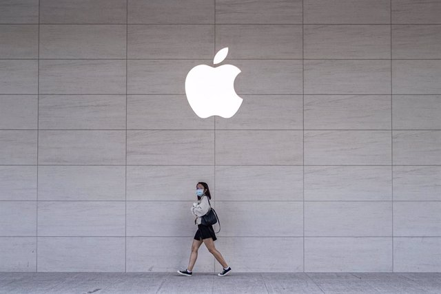 15 November 2020, Taiwan, Taipei: A woman wears a face mask walks past an Apple store after the launch of the new iPhone 12 series. Photo: Walid Berrazeg/SOPA Images via ZUMA Wire/dpa