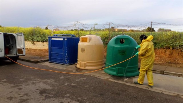 Desinfección de contenedores a manos de operarios de la Mancomunidad