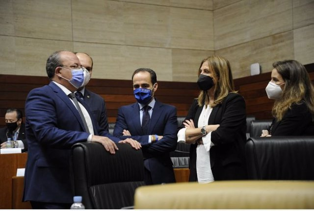 Monago y varios diputados del PP en el pleno de la Asamblea