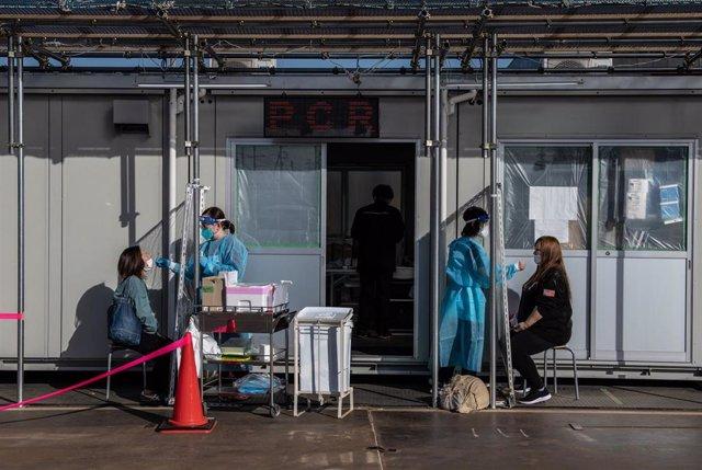 Enfermeras realizan test en Japón.