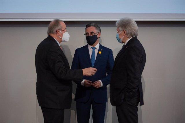 El presidente de Pimec, Josep González; el conseller de Empresa, Ramon Tremosa, y el presidente de Foment, Josep Sánchez Llibre, durante una presentación
