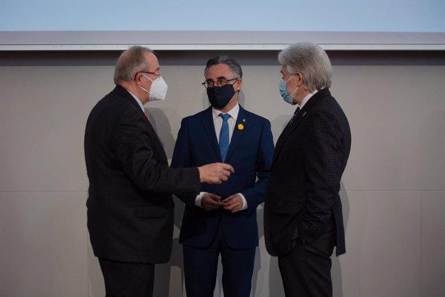 El president de Pimec, Josep González; el conseller d'Empresa, Ramon Tremosa, i el president de Foment, Josep Sánchez Llibre, durant una presentació