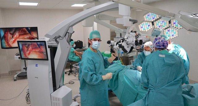 El doctor Cesar Casado en quirofano