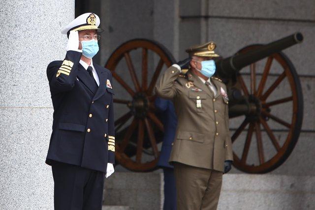 (I-D) El anterior Jefe de Estado Mayor de la Defensa (Jemad), Miguel Ángel Villarroya, y el nuevo Jemad, Teodoro López Calderón.
