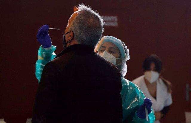 Una sanitaria realiza un test de coronavirus durante un cribado poblacional en Mallorca.