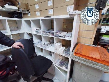 Dos investigados y más de 5.500 artículos para móviles falsos requisados en una tienda de Retiro