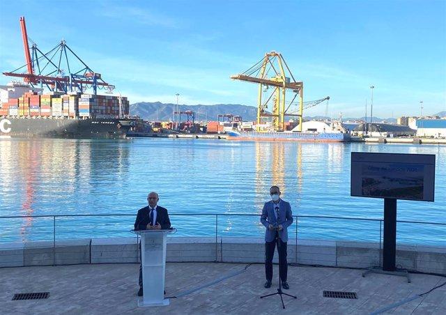 El presidente de la Autoridad Portuaria, Carlos Rubio, hace balance de 2020 junto al director del Pueto, José Moyano