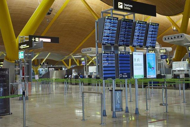 Paneles informativos en la terminal T4 del Aeropuerto Adolfo Suárez Madrid-Barajas durante el primer día de cierre perimetral por el puente de la Constitución en Madrid (España), a 4 de diciembre de 2020. El cierre perimetral de la región ha sido decretad
