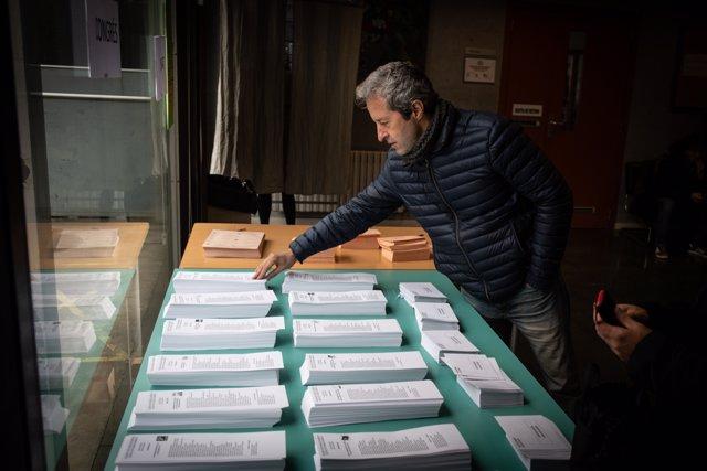 Papeletas del 10N en un colegio en Barcelona