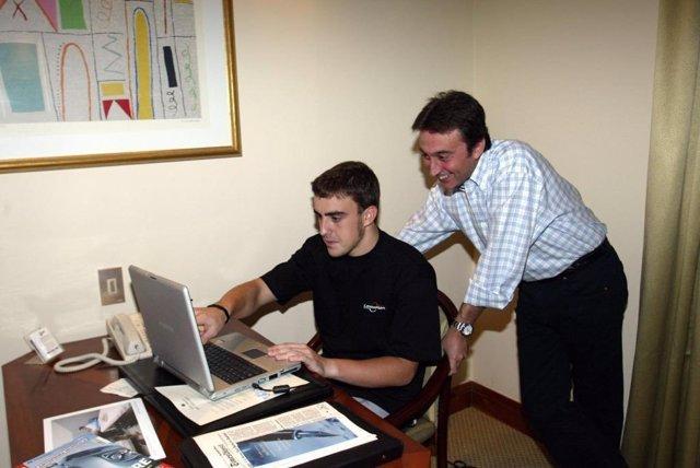 El piloto español Fernando Alonso con el fallecido Adrián Campos, mentor del asturiano