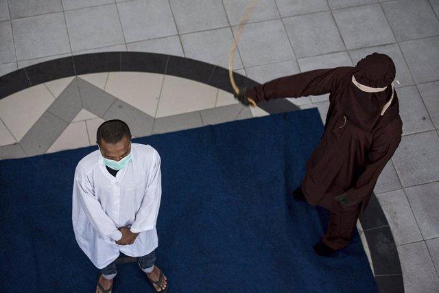 Un hombre es azotado en público en Indonesia.