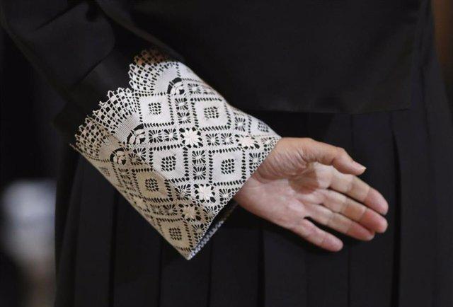 Imagen de la mano de un juez, con la toga negra que visten en las vistas orales.