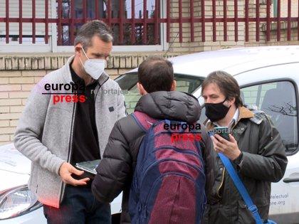 Iñaki Urdangarin, sorprendido por fans, firma autógrafos en la puerta de Don Orione