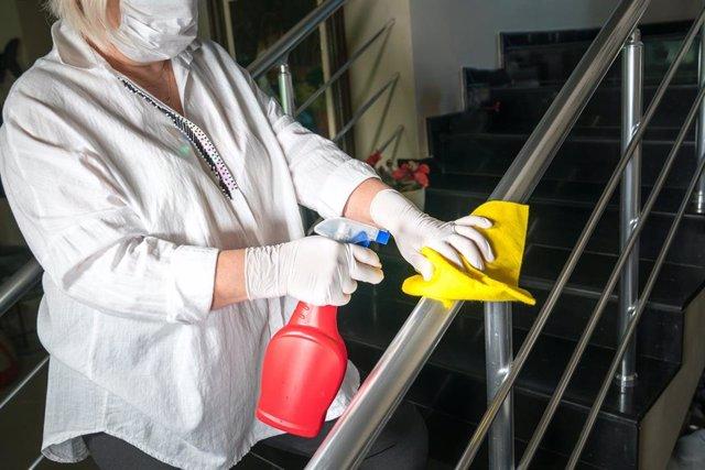 Una empleada en tareas de desinfección en un hotel
