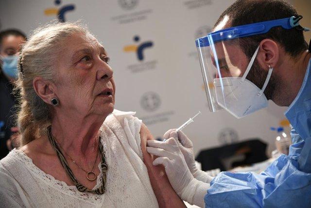 Una mujer recibe la vacuna contra el coronavirus en Atenas.