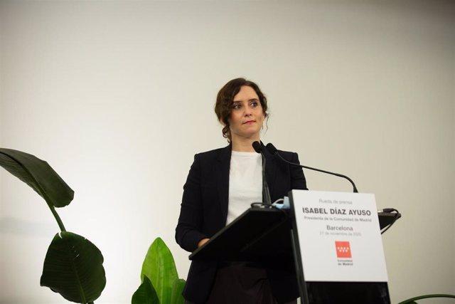 La presidenta de la Comunidad de Madrid, Isabel Díaz Ayuso, interviene en una rueda de prensa convocada en Barcelona, a 27 de noviembre de 2020.