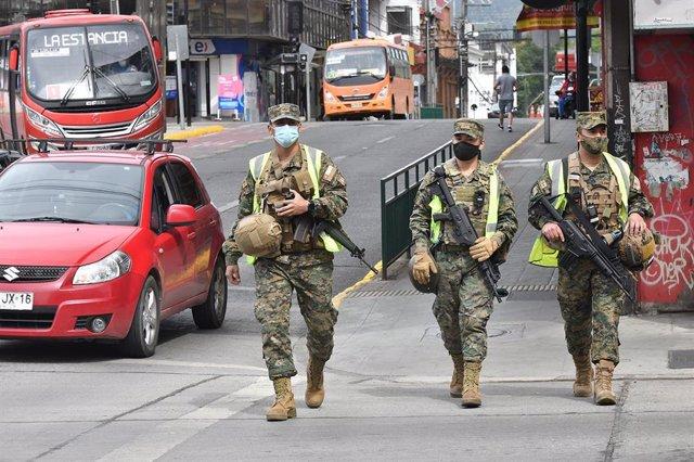 Soldados armados en las calles de Valdivia, en Chile, durante la pandemia de COVID-19.