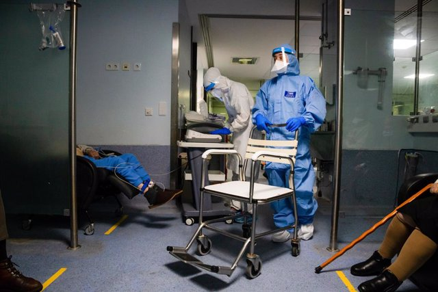 24 January 2021, Portugal, Porto: A medical worker in a protective suit (C) performs an electrocardiogram at the Sao Joao University Hospital. Photo: Rita Franã a/SOPA Images via ZUMA Wire/dpa