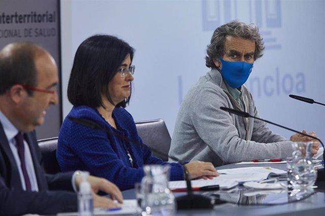(I-D) El ministro de Política Territorial y Función Pública, Miquel Iceta, la ministra de Sanidad, Carolina Darias y el director del Centro de Coordinación de Alertas y Emergencias Sanitarias (CCAES), Fernando Simón , comparecen en rueda de prensa tras pr