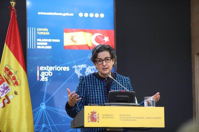 La ministra de Asuntos Exteriores, Unión Europea y Cooperación, Arancha González Laya durante una rueda de prensa conjunta con el ministro de Asuntos Exteriores de la República de Turquía, Mevlüt Çavusoglu en el Palacio de Viana, en Madrid (España), a 8 d