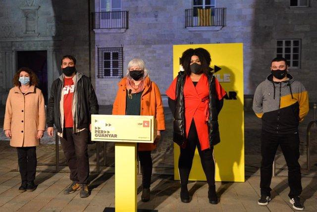 A l'acte d'inici de campanya de la CUP amb la candidata Dolors Sabater i els membres de lacandidatura Dani Cornellà, Montserrat Vinyets, Edgar Fernández i Nogay Ndiaye. A Girona, el 28 de gener de 2021.
