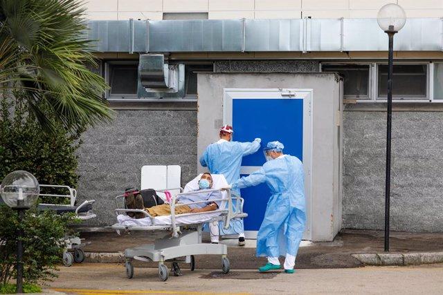 13 November 2020, Italy, Naples: ACoronavirus patient in critical condition is transferred   to the Antonio Cardarelli hospital in Naples. Photo: Fabio Sasso/ZUMA Wire/dpa