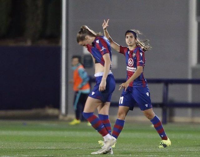 Alba Redondo celebra uno de sus goles en el Levante-Atlético de la Primera Iberdrola 2020-2021