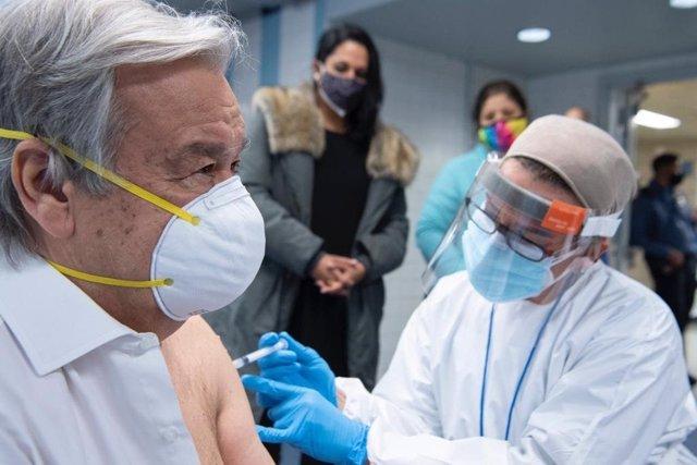 El secretario general de Naciones Unidas, António Guterres, recibiendo la vacuna contra la COVID-19.