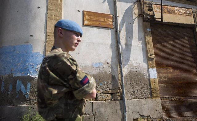 """Un """"casco azul"""" de la Misión de Mantenimiento de la Paz de la ONU en Chipre de patrulla en la zona de distensión de Nicosia"""