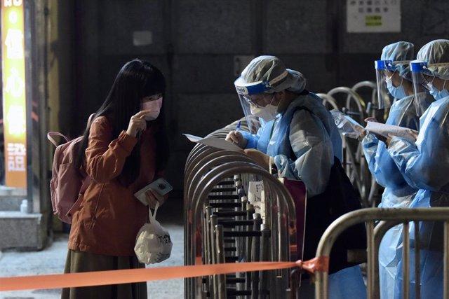 Hong Kong ha organizado cribados masivos obligatorios a varios distritos de la ciudad en los que se ha detectado un nuevo foco de coronavirus.