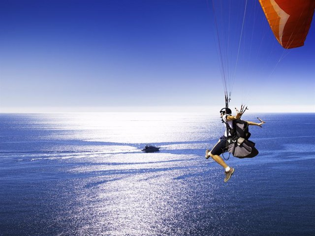 Turismo de experiencias parapente turista paracaídas mar visitante riesgo vuelo