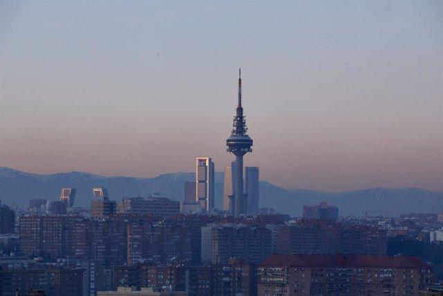 Capa de contaminación sobre la ciudad desde el Cerro del Tío Pío en Madrid (España), a 18 de enero de 2021. Madrid lleva desde ayer en escenario 1 de su protocolo anticontaminación y continuará así mínimo hasta mañana martes incluido. Durante este escenar