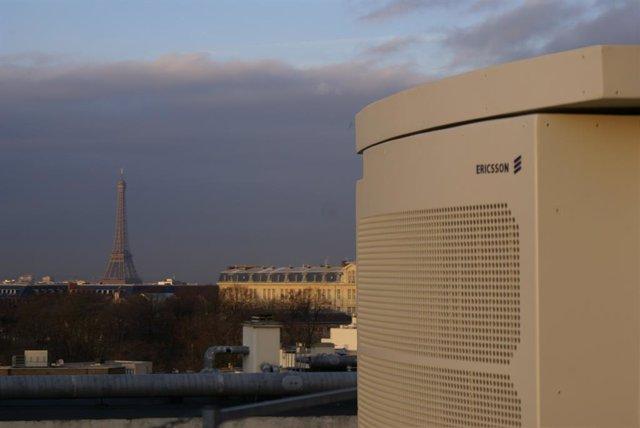 Equipamiento de red de Ericsson en París con la Torre Eiffel de fondo